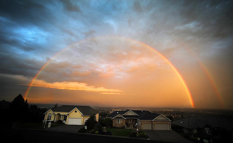 15) Двойная радуга на рассвете над городом Спокейн, штат Вашингтон. (Christopher Anderson/The Spokesman-Review/Associated Press)