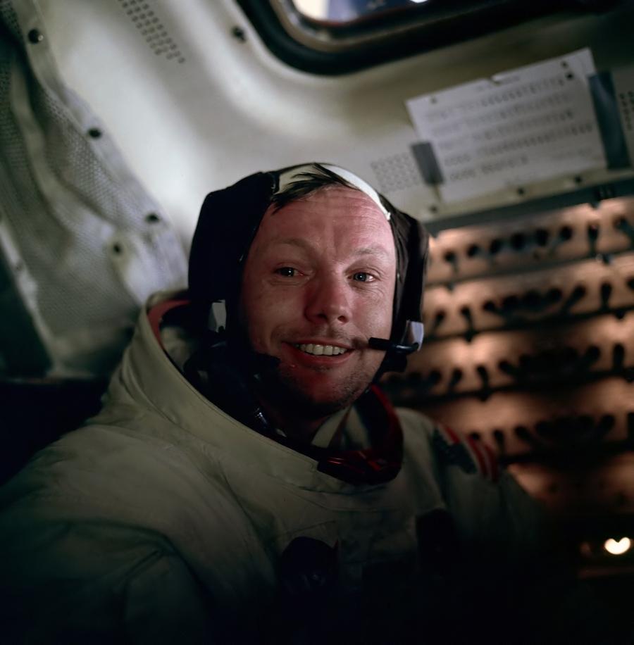 9) Нил Армстронг. Американский авиатор, бывший астронавт, лётчик-испытатель, профессор университета и летчик ВМС США. Он стал первым человеком, который шагнул на Луну. Дата: 1969. Фотограф: Photographer: NASA/Edwin E. Aldrin Jr.