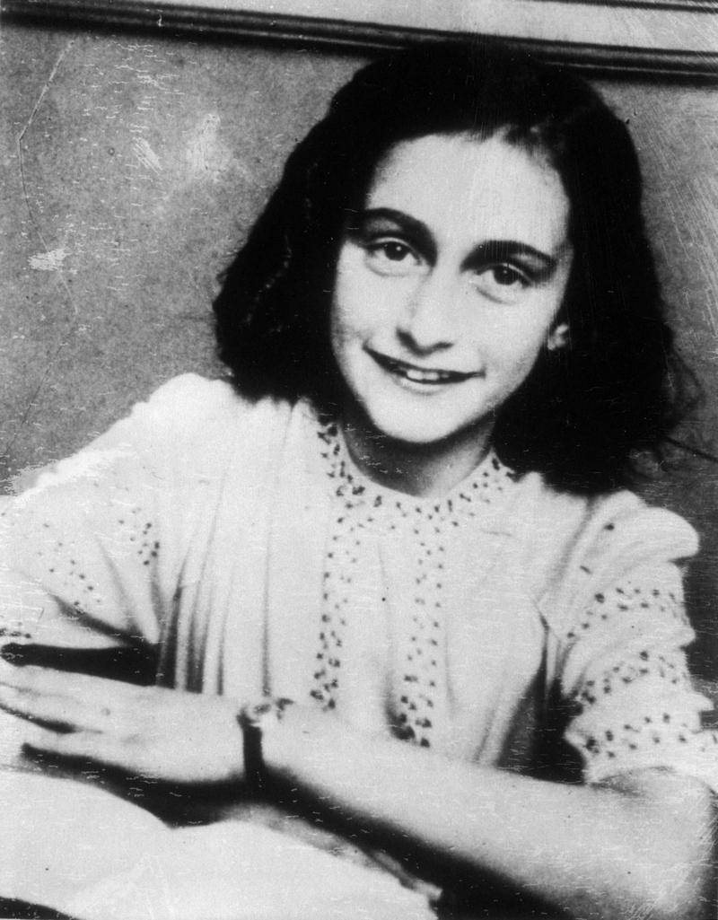 9) Анна Франк. Анна Франк была маленькой еврейской девочкой, которая вместе с родителями скрывалась от нацистов в Амстердаме, и писала об этом в своем дневнике. «Дневник Анны Франк» читают школьники по всему миру, по нему изучая  Холокост. Этот снимок был сделан спустя несколько месяцев после того, как Франк и ее семья бежали в поисках убежища, 10 октября, 1942 год. Дата: 1942. Фотограф: неизвестен.