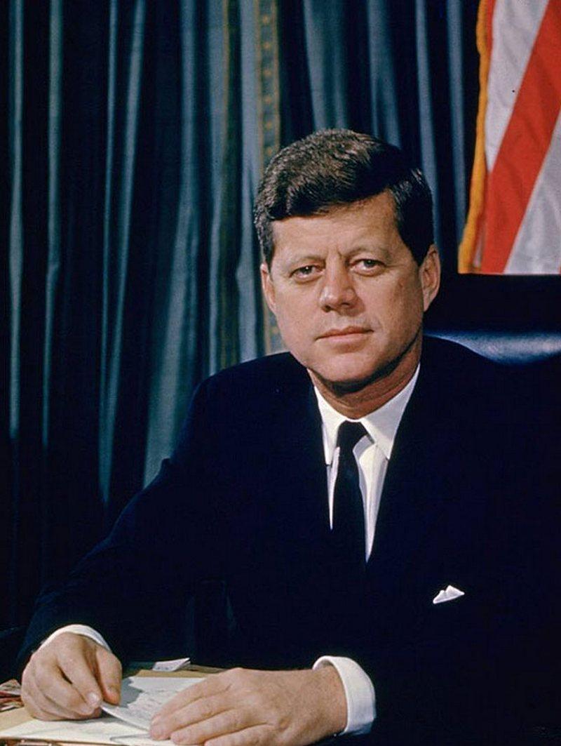 9) Джон Ф. Кеннеди. 35-ый президент США. Джон Кеннеди председательствовал во время Карибского кризиса и при нем NASA высадили человека на Луну. Его убийство было неоднозначным  и вызвало много споров, смерть его стала преждевременной. Дата: 1961. Фотограф: Alfred Eisenstaedt.