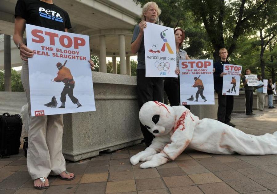 9) Акция организации защиты прав животных PETA в рамках проекта борьбы за жизнь детенышей тюленей, убиваемых в Канаде. (UPI/Kevin Dietsch)