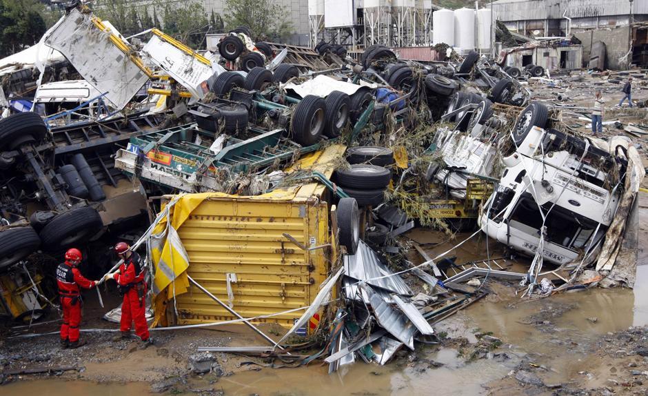 23) Спасательные службы у покореженного стихией грузового транспорта.