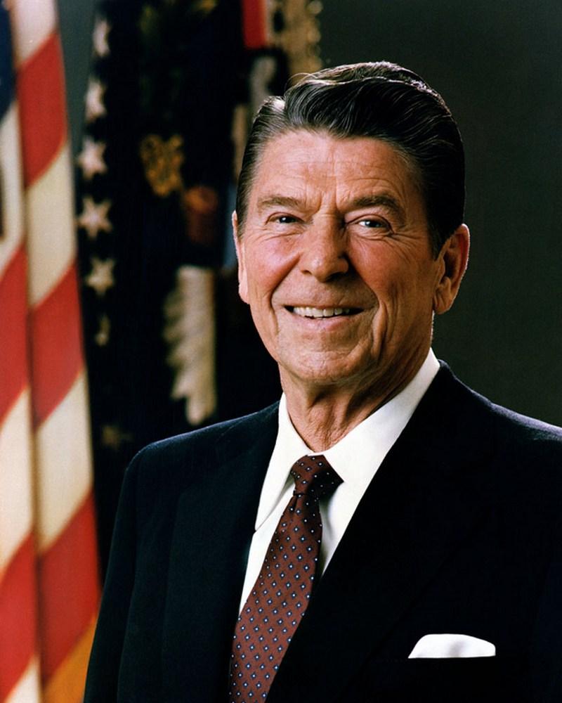 9)  Рональд Рейган. Администрация Рейгана приложила все усилия. Чтобы положить конец Холодной Войне. Даже начиная свою карьеру в роли киноактера, он уже имел анти-коммунистические взгляды. Дата: 1982. Фотограф: официальный фотограф Белого Дома.