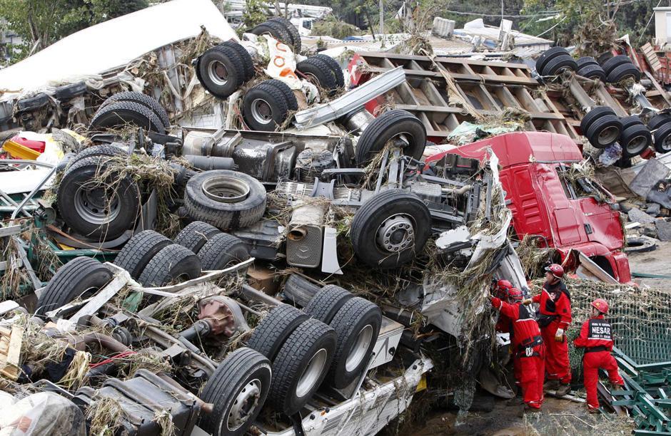 11) Поисково-спасательные работы на обломках грузовиков.