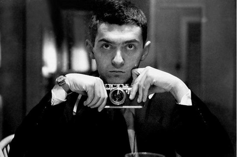 """11) Стэнли Кубрик. Кубрик был одним из выдающихся режиссеров 20-го века. Будучи перфекционистом он добивался совершенства во всем – свет, звук, игра актеров и т.д. Успех ему принесли фильмы на разные тематики, такие как: «Спартак», «2001: Космическая одиссея» и """"Заводной Апельсин"""". Дата: конец 1940-ых. Фотограф: Stanley Kubrick."""