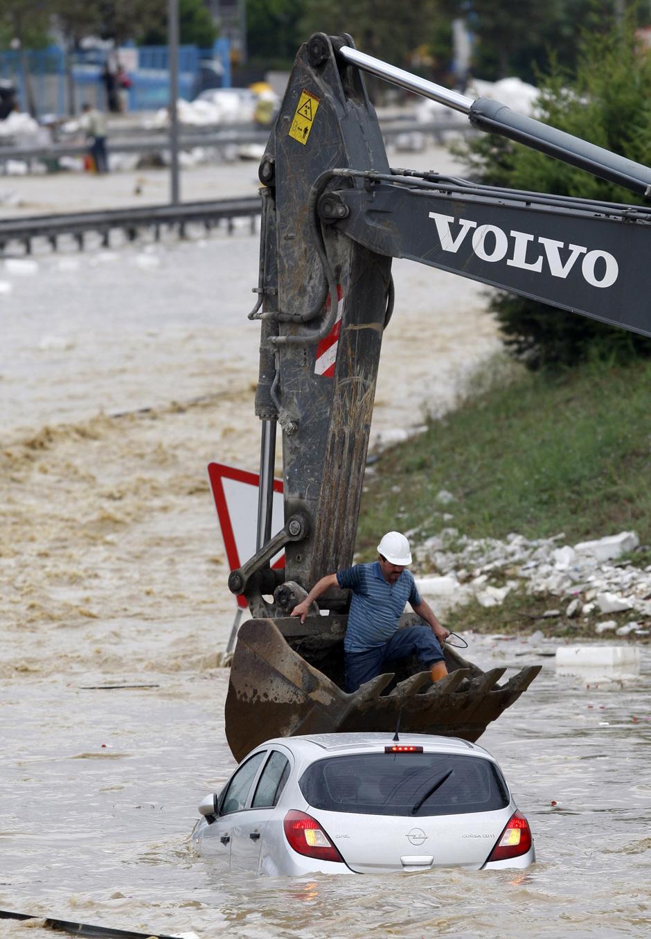 12) Спасатель спускается к затопленной машине.