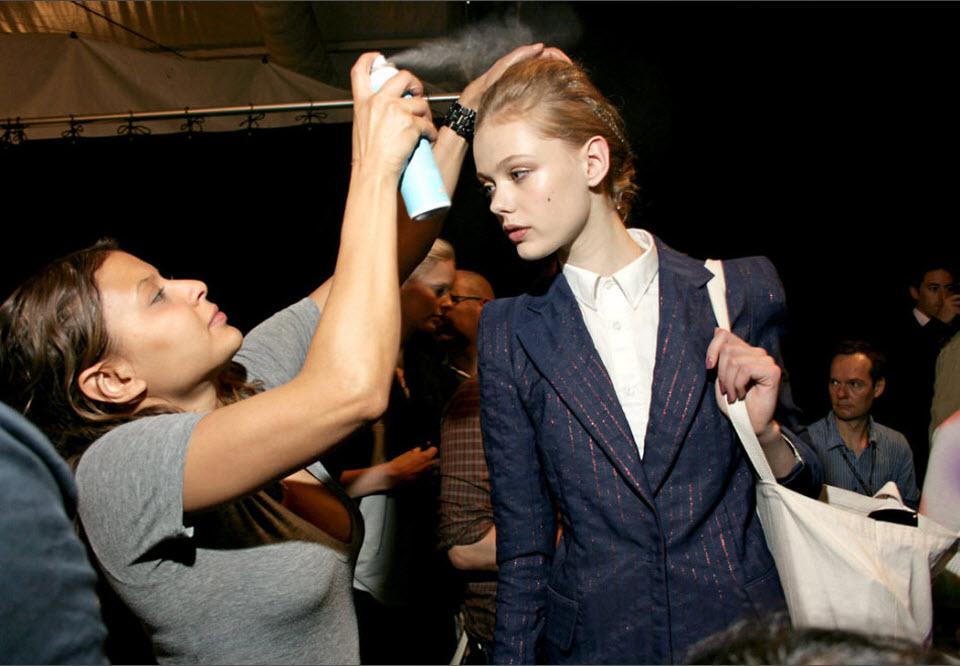 12) Последние приготовления модели за кулисами показа Каролины Эрреры.
