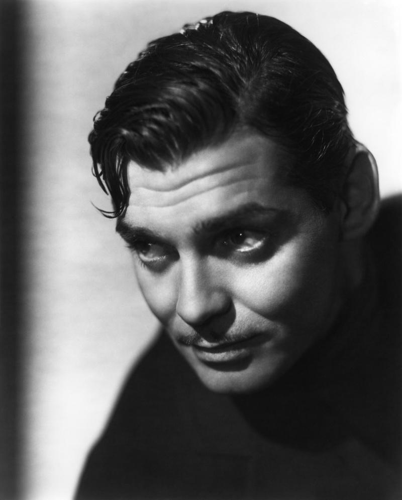 12) Кларк Гейбл. В свое время его называли «Король Голливуда». Самой запоминающейся его ролью стала роль Рета Батлера в фильме «Унесенные ветром». Дата: 1938. Фотограф: рекламная фотография для кинофильма «Это случилось однажды ночью».