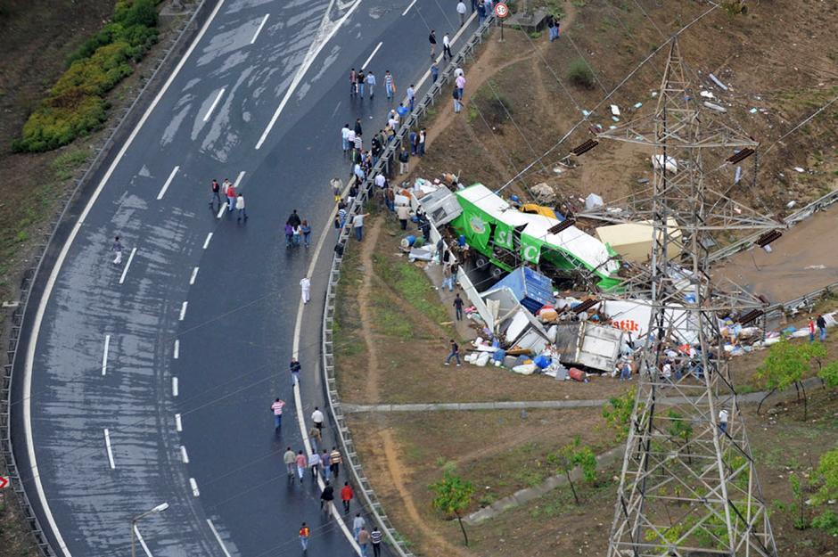 13) Вид с воздуха на район Стамбула, пострадавший от самого сильного ливня за последние 80 лет.
