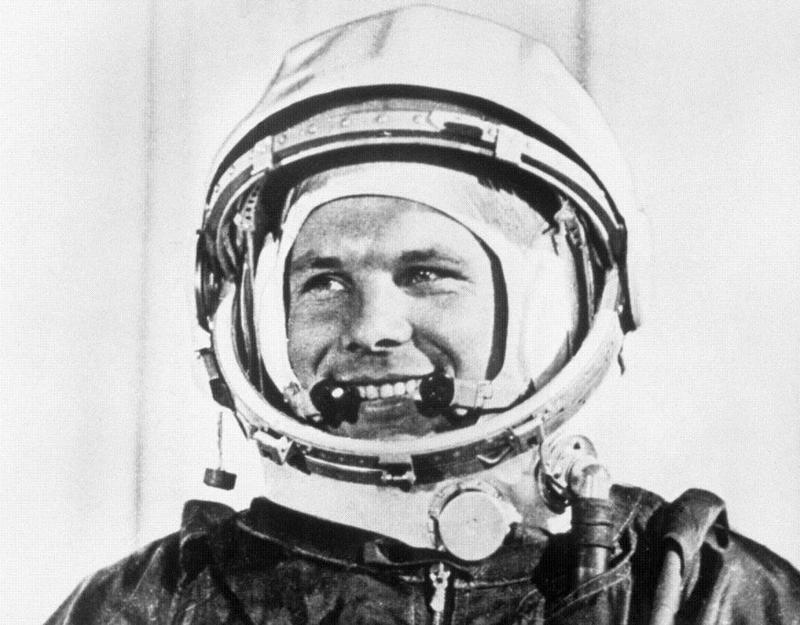 13) Юрий Гагарин. Гагарин стал первым человеком, который полетел в Космос и первым, кто обогнул Земной Шар. Он погиб во время испытательного полета в 1968 году и был похоронен у стен Кремля в Москве. Дата и фотограф: неизвестны.