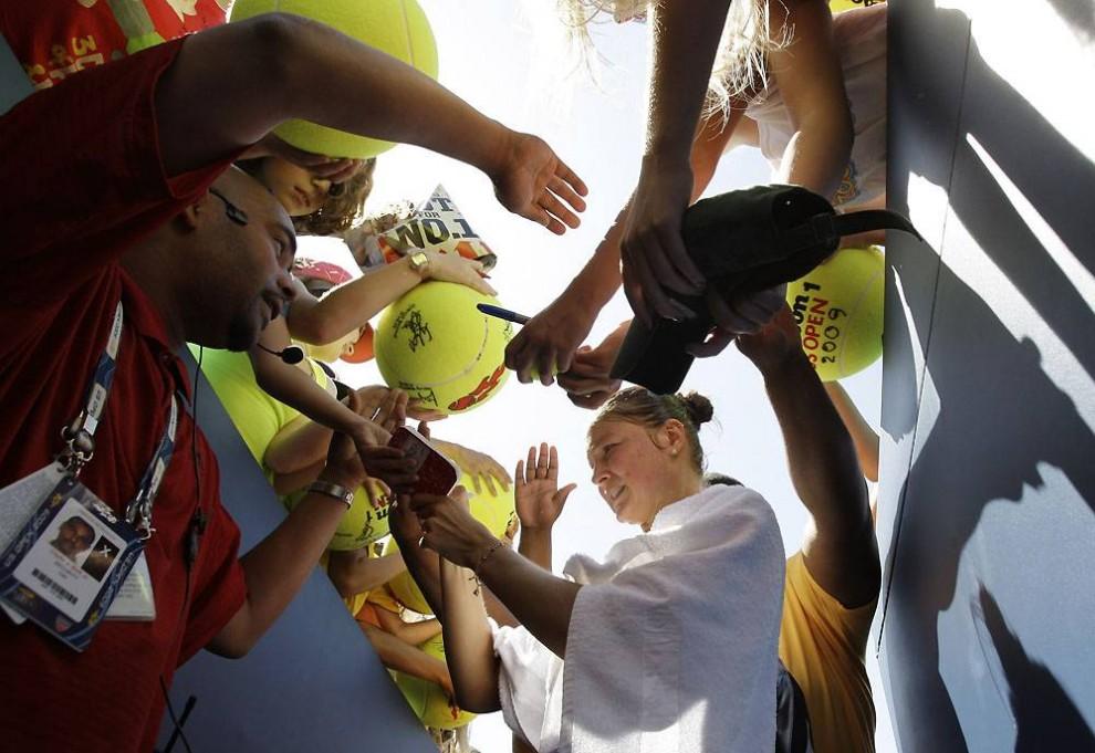 14. На радостях после выигранного матча второго круга, состоявшегося 3 сентября 2009 года, Динара Сафина раздает автографы фанатам. (Amy Sancetta / AP)