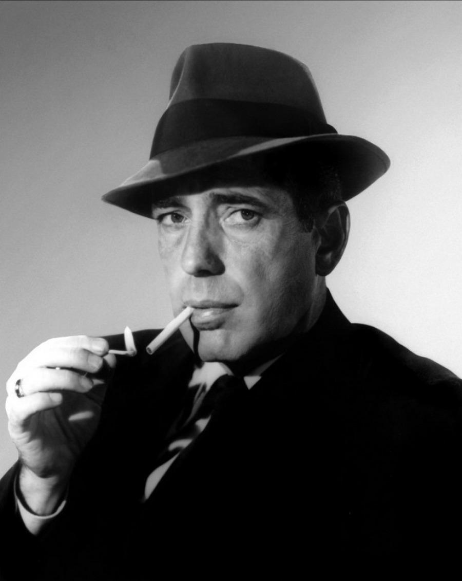 14) Хамфри Богарт. Хорошо известный по ролям в таких фильмах, как «Мальтийский сокол» и «Касабланка» Хамфри Богарт был суперзвездой в золотой век Голливуда. Фотограф Джордж Харрел, автор этого снимка, был автором множества «гламурных фотографий» в 1930-х и 1940-х гг. Намного позже они будут признаны шедеврами фото-искусства. Дата: 1938-1939. Фотограф: Джордж Харрел.