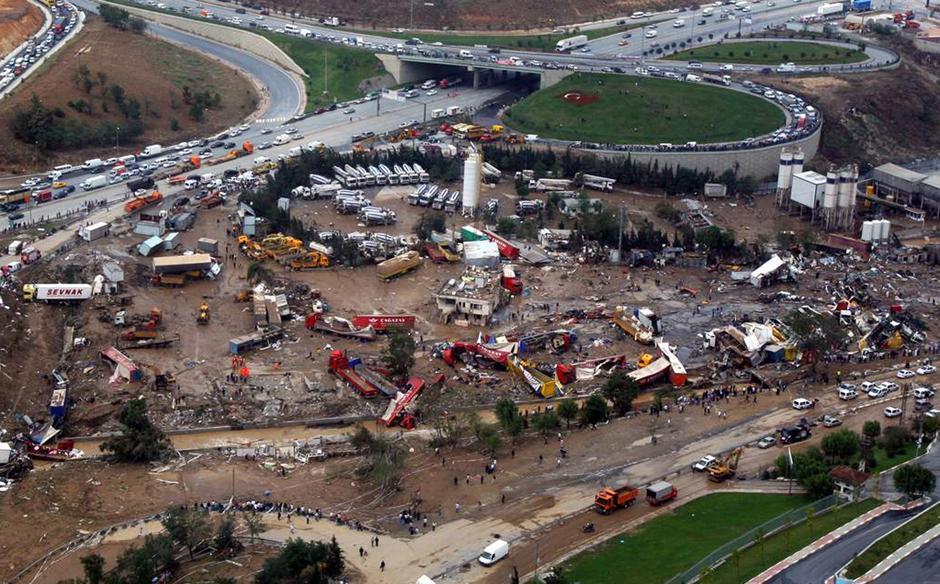 15) Масштабные повреждения грузового транспорта – вид с воздуха.