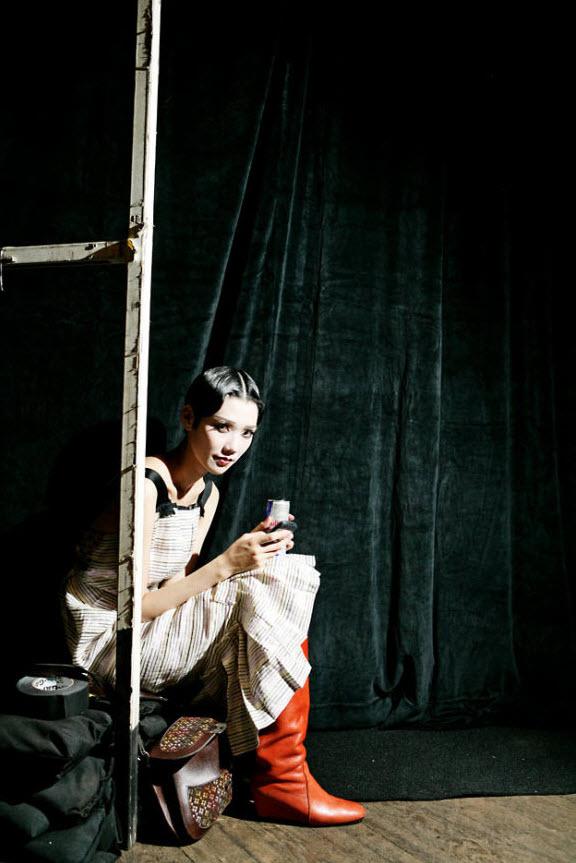 15) Модель ждет за кулисами показа Марка Джейкобса (Marc Jacobs).