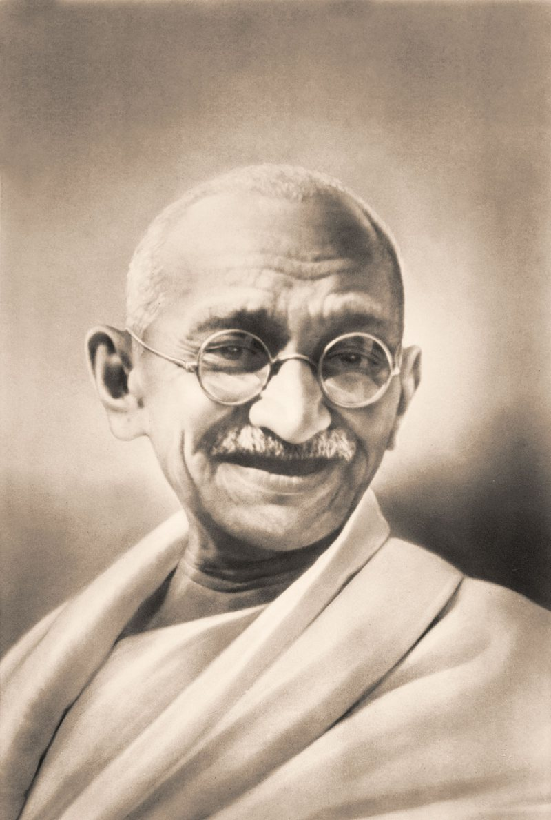15) Махатма Ганди. Ганди добился того, что англичане позволили Индии сформировать собственное правительство, используя «теорию ненасилия». Дата: 1930-ые. Фотограф: неизвестен.