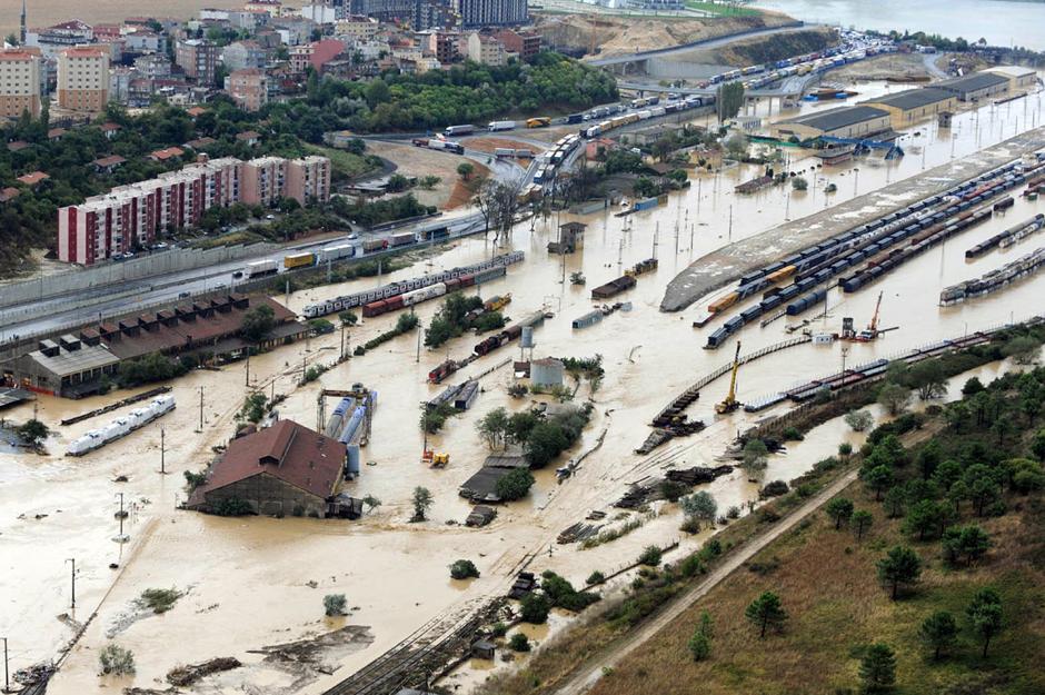 16) Затопленный железнодорожный вокзал в Стамбуле.