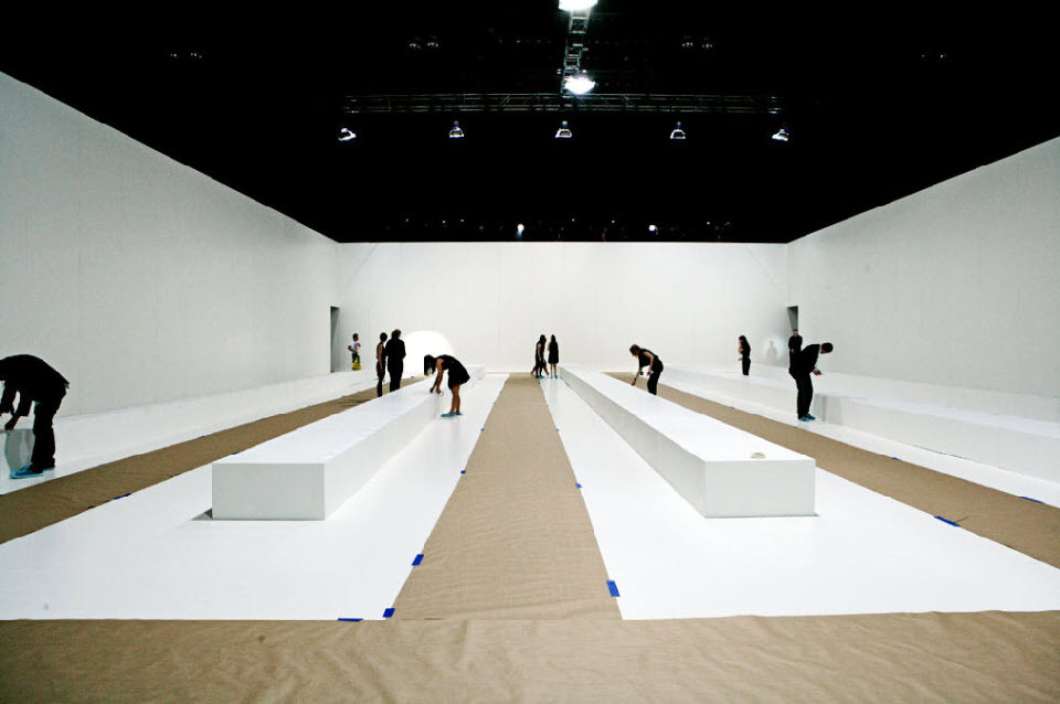16) Подготовка подиума для модного показа Марка Джейкобса.