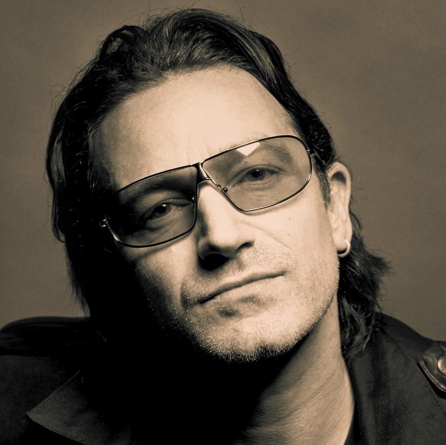 16) Боно. Настоящее имя Боно - Пол Девид Хьюсон. Он получил свой, ныне всем известный псевдоним, благодаря своему другу Гейвину Фрайдей, который прозвал его «Bono Vox». Боно не любил это имя до тех пор, пока не выяснил, что переводится оно как «хороший голос». Боно известен не только как  лидер группы U2, но и как неутомимый и успешный активист в борьбе против мирового голода, апартеида и СПИДа. Дата: 2006. Фотограф: Ricardo Stuckert.