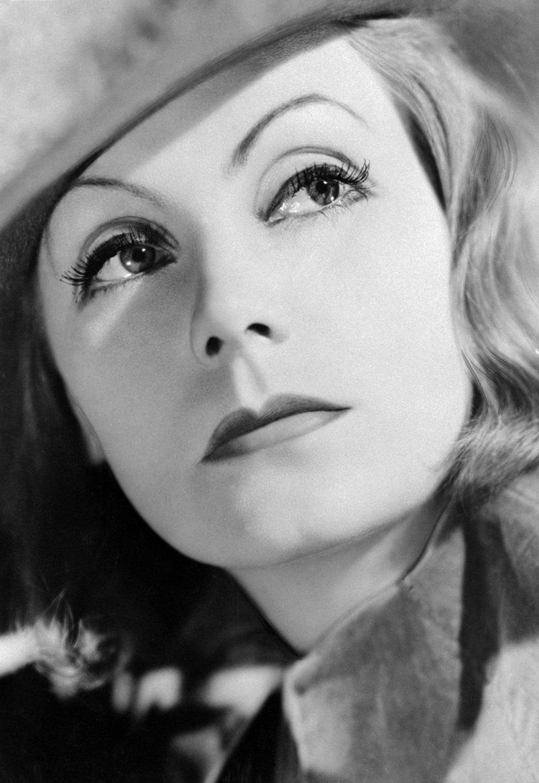 """16) Грета Гарбо. Грета Гарбо была шведско-американской актрисой, которая снялась во множестве фильмов, начиная с немого черно-белого кино и заканчивая """"золотым веком"""" Голливуда. Самые известные фильмы с ее участием: «Дама с камелиями» и «Ниночка». Дата и фотограф: неизвестны."""