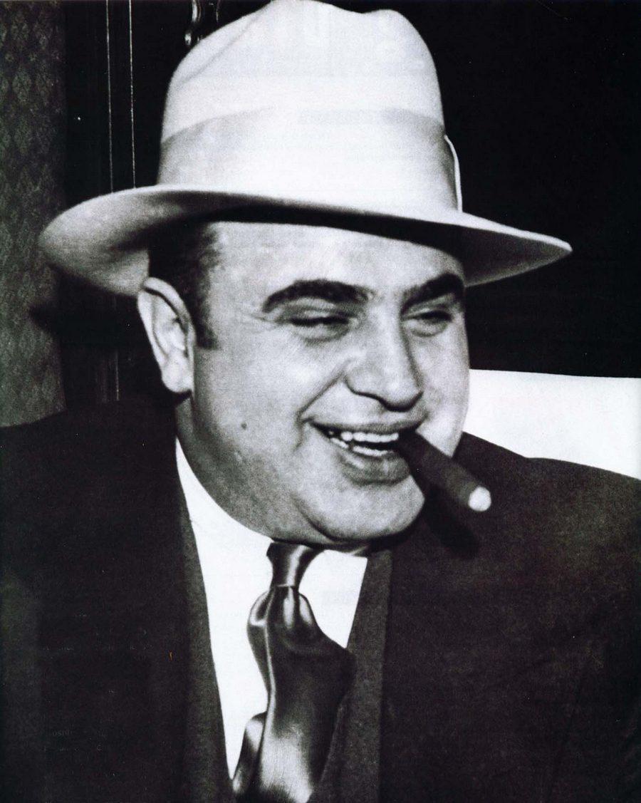 17) Аль Капоне. Этот гангстер был одним из самых знаменитых людей в США. Его любили за то, что он поставлял алкоголь во время «сухого закона» и ненавидели за убийства, при помощи которых он пытался укрепить свой бизнес. На фотографии он запечатлен с сигарой, с которой никогда не расставался. Дата и фотограф: неизвестен