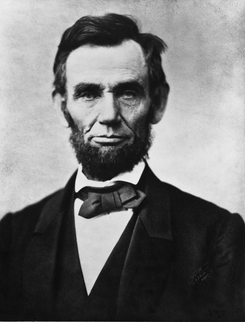 17) Авраам Линкольн. Авраам Линкольн был 16-ым президентом США и способствовал отмене рабства введением Манифеста Эмансипации и 13-ой поправки Конституцию США. Кроме того, он стал первым президентом США, который был убит.  Эта фотография была сделана одним из самых известных фотографов Линкольна Александром Гарднером. Дата: 8 ноября, 1863. Фотограф: Alexander Gardner.