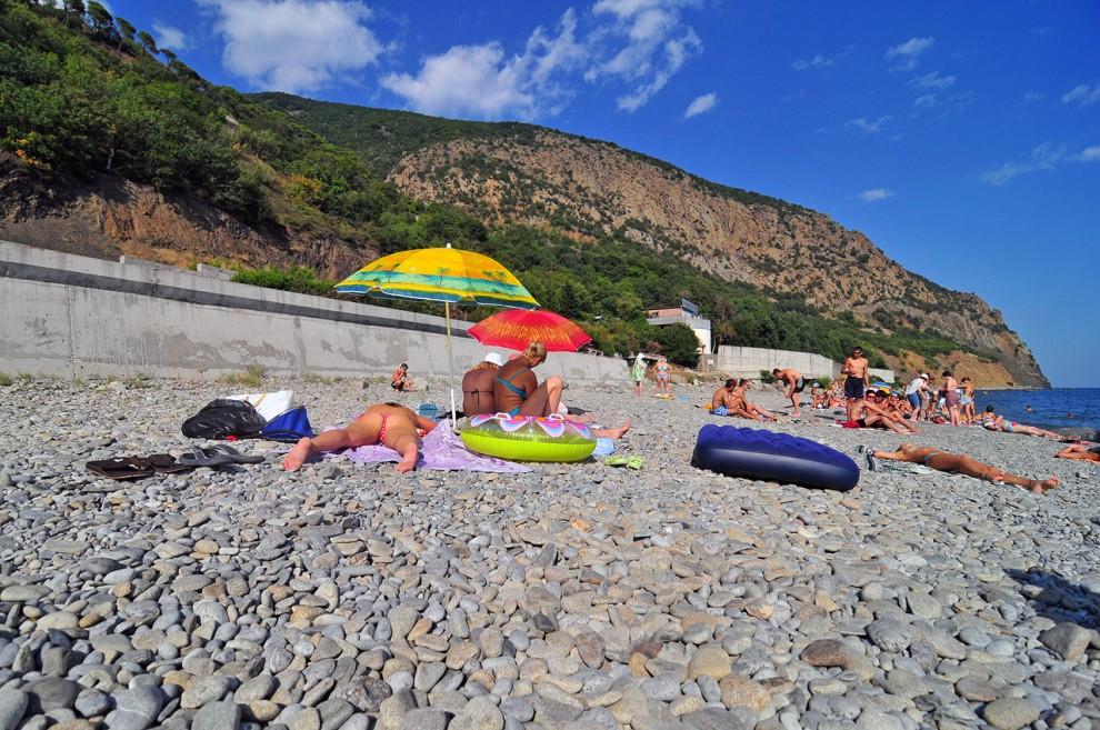17) На пляже немногочисленное количество людей, чистота и прозрачная вода.
