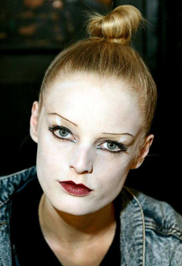 17) Модель в полном макияже за кулисами модного показа Марка Джейкобса.