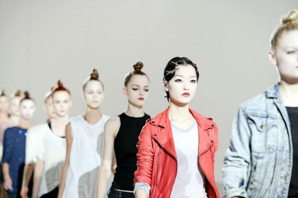 18) Модели репетируют перед началом показа Марка Джейкобса.