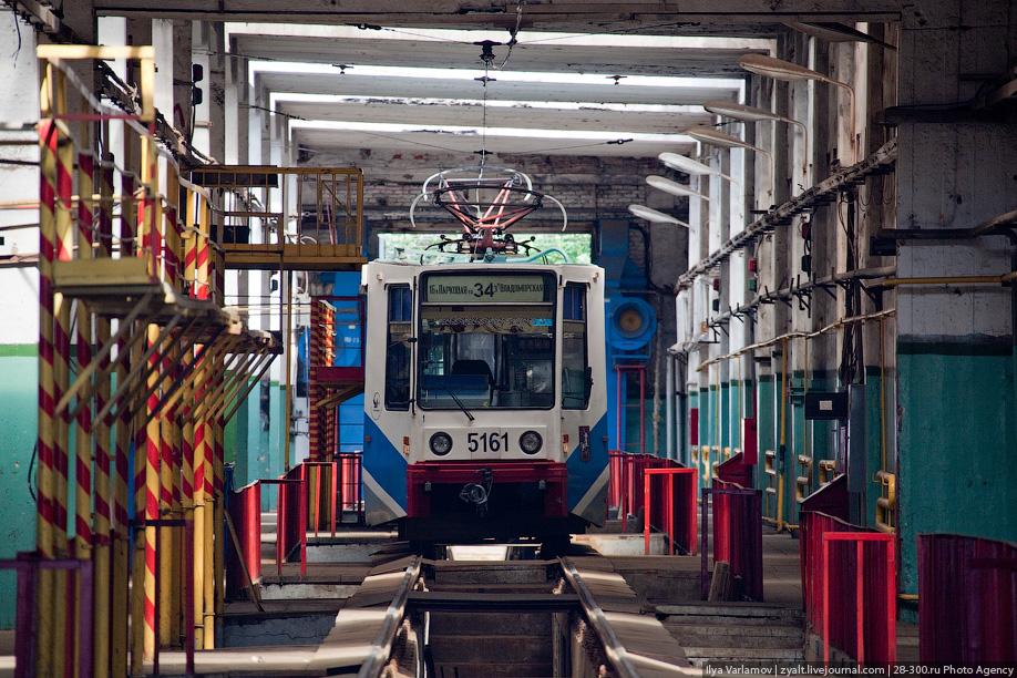 Для долговечной службы трамвая производится его планово-предупредительный ремонт. Цех ремонта и технического обслуживания подвижного состава включает в себя 32 смотровые «канавы». На них ежедневно загоняют 20 вагонов на ТО-1 и за ночь проводят все необходимые работы. На ТО-2 ежедневно находится до 10 трамваев, где ведутся более сложные работы с разборкой всей аппаратуры, такой ремонт занимает уже несколько дней.