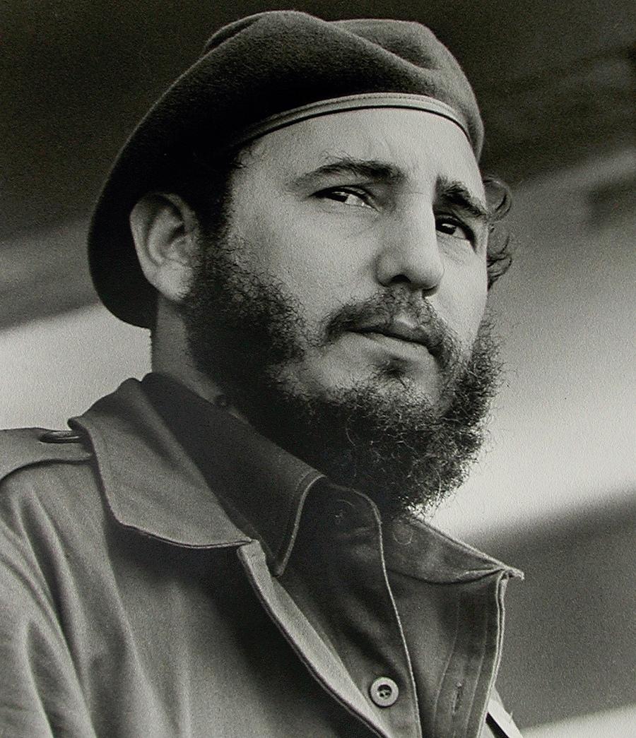 18) Фидель Кастро. Бывший лидер правительства Кубы, этот пост он занимал в течение 50-ти лет. Кастро сверг поддерживаемого американским правительством диктатора Батисту.  Кастро попеременно, то хвалили, то ругали за те меры, которые он предпринимает для страны. Дата и фотограф: неизвестны.