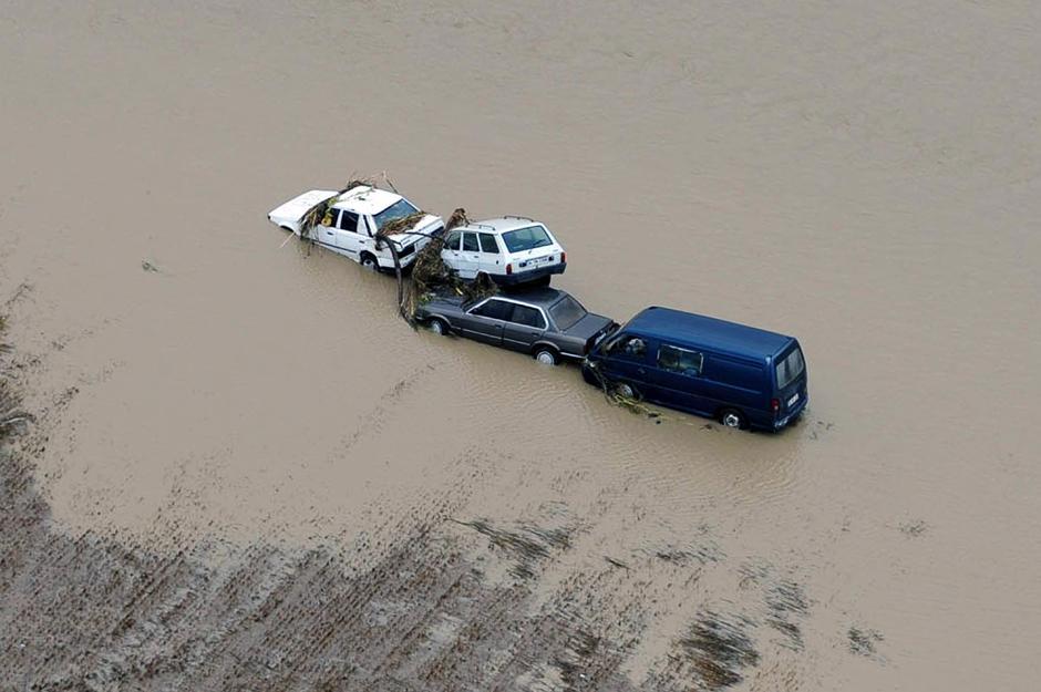 19) Молниеносно затопило пригород, и превратило дороги в водоворот речек