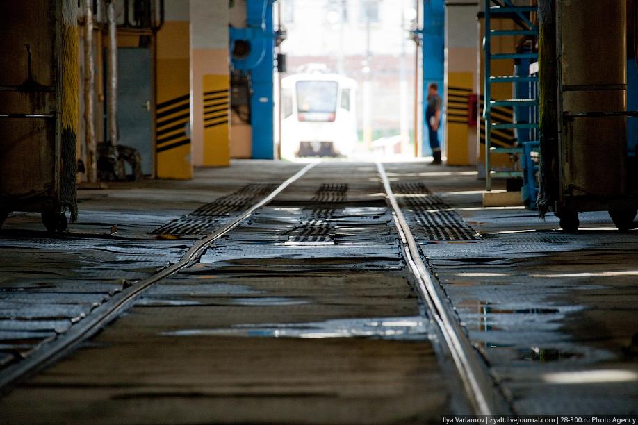 ТО-1 каждый вагон проходит раз в неделю, ТО-2 — раз в месяц. Важный элемент трамвая — колесная тележка. В ней находятся двигатели, редукторы и устройства торможения. На всех вагонах устанавливается по четыре 50-киловатных двигателя, по одному на каждую ось.