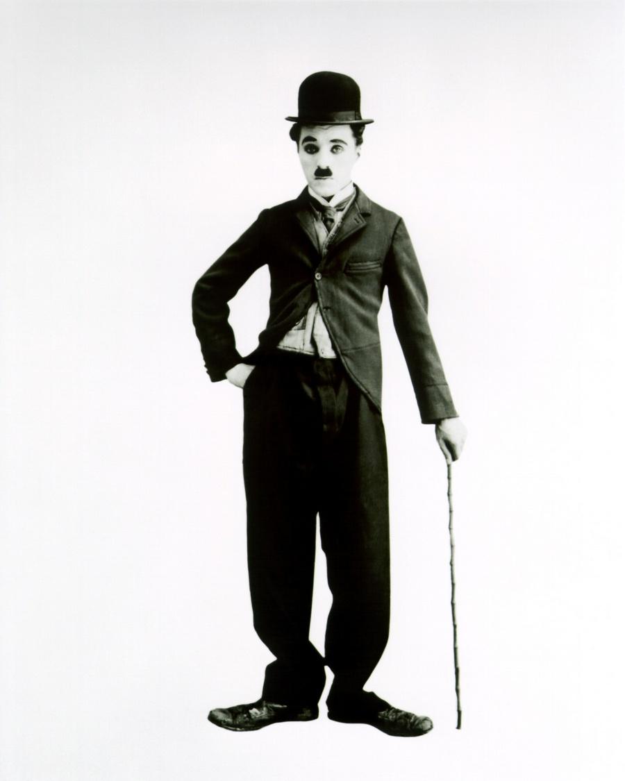 19) Чарли Чаплин. Этот выдающийся актер не только основал легендарную студию «United Artists», но и стал прародителем такого жанра как «комедия». Дата: 1915. Фотограф: студийный фотограф в образе «бродяги».