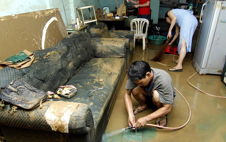 28) Местные жители у себя дома, в восточном пригороде филиппинской столицы, городе Марикина.