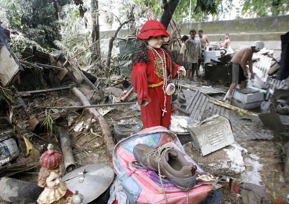 23) Разбросанные вещи и мусор в жилом районе города Марикина к востоку от Манилы.