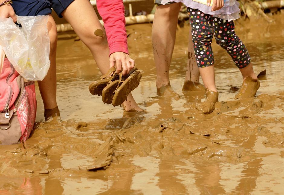 20) Жители затопленных территорий перебираются на возвышенность в городе Марикина, к востоку от столицы Филиппин Манилы.