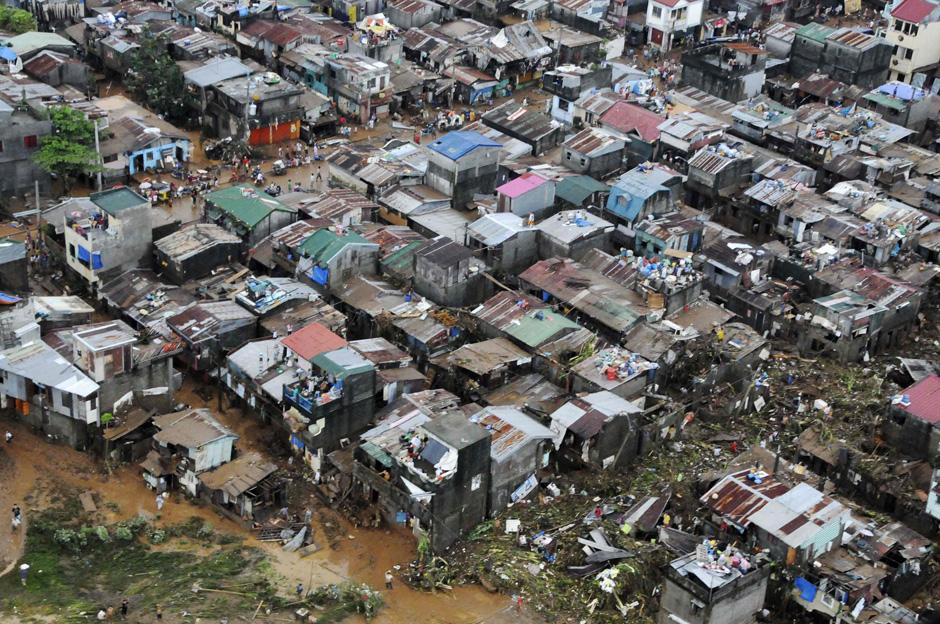 19) На этом кадре, сделанном Филиппинскими ВВС, видно затопление паводковыми водами в Cainta Rizal, к востоку от Манилы, причиной которого стали непрерывные дожди вызванные тайфуном Ondoy.