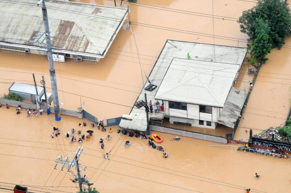16) На этом кадре, сделанном Филиппинскими ВВС, видно затопление паводковыми водами в Cainta Rizal, к востоку от Манилы, причиной которого стали непрерывные дожди вызванные тайфуном Ondoy.