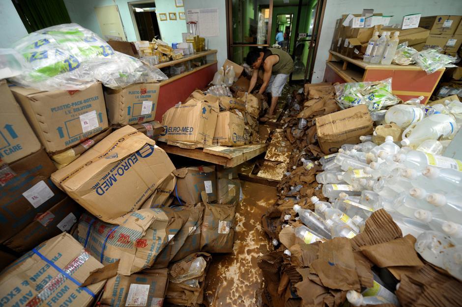 12) Больничный персонал пытается спасти медицинский груз после затопления больницы.