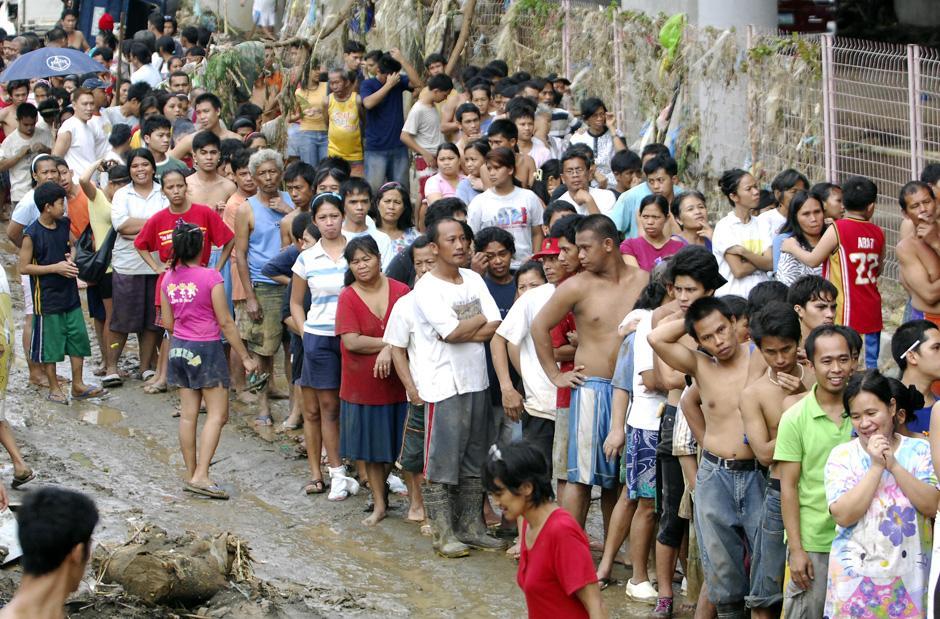 1) Жители затопленных территорий стоят в очереди на получение предметов первой необходимости, предоставляемых органами местного самоуправления в городе Марикина, к востоку от Манилы.