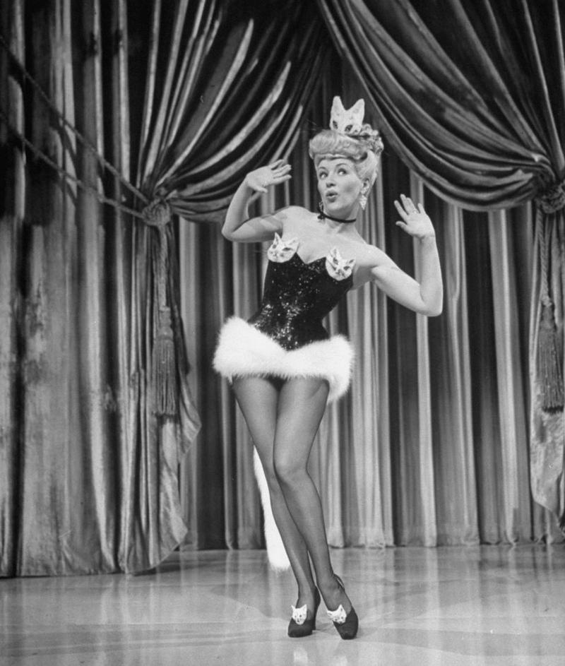 20) Бетти Грэйбл. Королева среди актрис мо многом благодаря этой фотографии. Ее ножки были застрахованы на миллион долларов лондонским Ллойдом. Дата: 1942. Фотограф: «20th Century Fox».