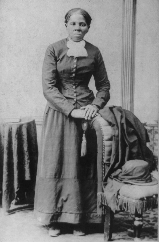 """19) Гарриет Табмен. Табмен была очень сильным и энергичным человеком; она помогла почти 70-ти рабам убежать с """"подпольной железной дороги"""". Она была союзным шпионом и выступала за избирательные права женщин. Дата: 1850-1900. Фотограф: H. B. Lindsley"""