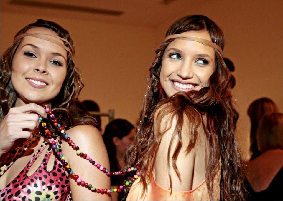 21) Модели резвятся и позируют фотографу за кулисами шоу Аби Феррин (Abi Ferrin) 12 сентября.