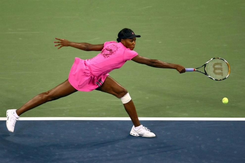 2. С болью в левом колене третьей сеяной на U.S. Open американке Винус Уильямс все же удалось одержать победу над россиянкой Верой Душевиной. (Chris Mcgrath / Getty Images)