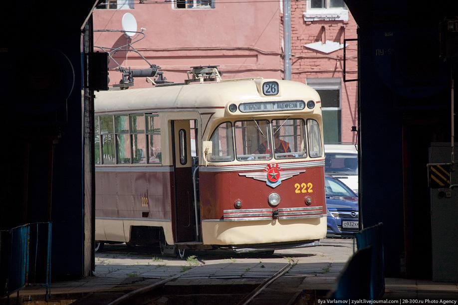 Почти в каждом депо в москве есть старые трамваи. В Русаковском депо это трамвай РВЗ-6.