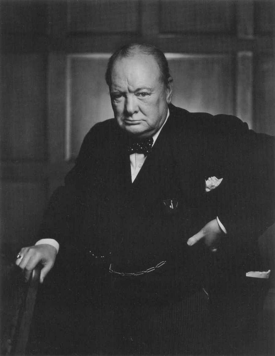 21) Уинстон Черчилл. Уинстон Черчилл был английским премьер-министром во время Второй Мировой Войны. Он считался гением стратегии, что и позволило альянсу победить. Кроме того, Черчилл был талантливым писателем и даже получил Нобелевскую Премию по литературе.  Этот снимок был сделан в здании Парламента в Оттаве, Канада, после того, как фотограф разозлил Черчилла, убрав в сторону его сигару. Эта фотография считается одной из самых известных среди других снимков Черчилла. Дата: 1941. Фотограф: Yousuf Karsh.