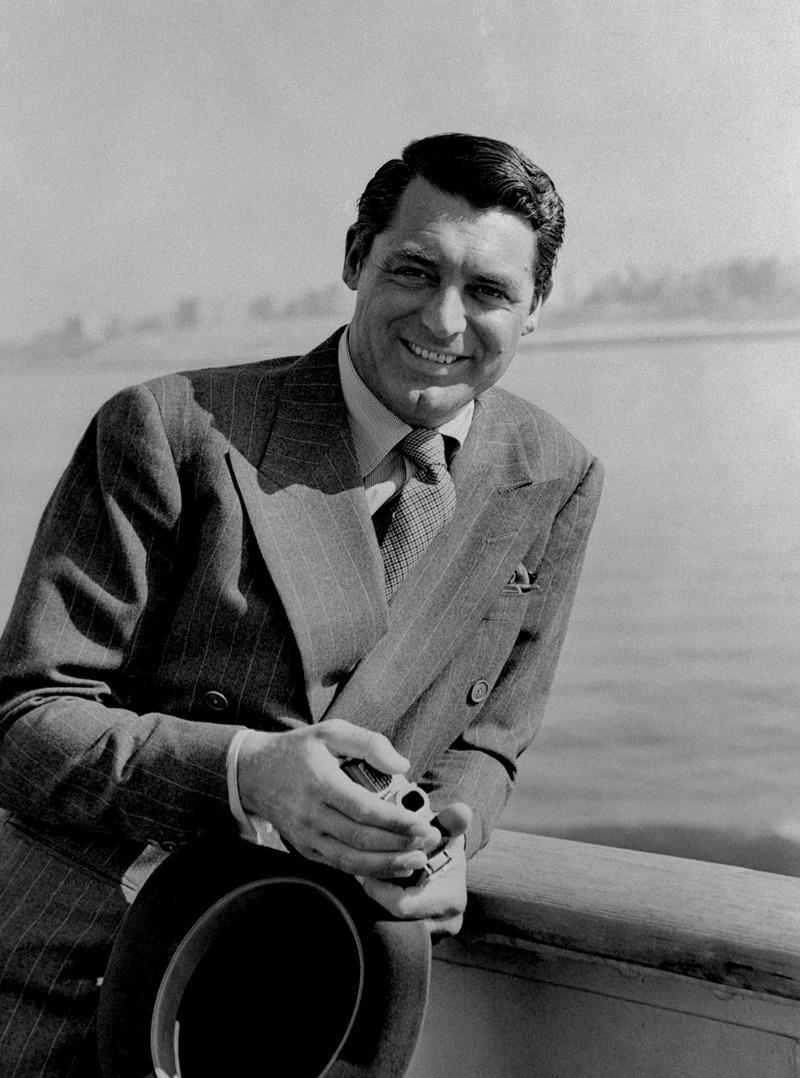 21) Кэри Грант. Его настоящим именем было Арчибальд Александр Лич. Он снимался очень долго с 1930-х по 1970-е. Кэри был одним из самых любимых актеров Хичкока. Дата и фотограф: неизвестны.