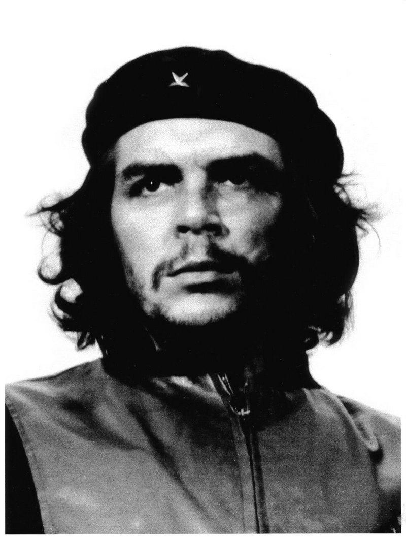 22) Че Геварра. С 1960 это изображение Эрнесто «Че» Гевары располагается на «La Coubre Memorial Service». Че путешествовал по Латинской Америке будучи молодым студентом-медиком. Именно тогда он пришел к выводу, что единственным способом борьбы с нищетой может стать революция. Он был инструментом в руках Фиделя Кастро для захвата Кубы. Позже Че был убит боливийскими войсками, которые сотрудничали с ЦРУ. Дата: 1960. Фотограф: Alberto Korda.