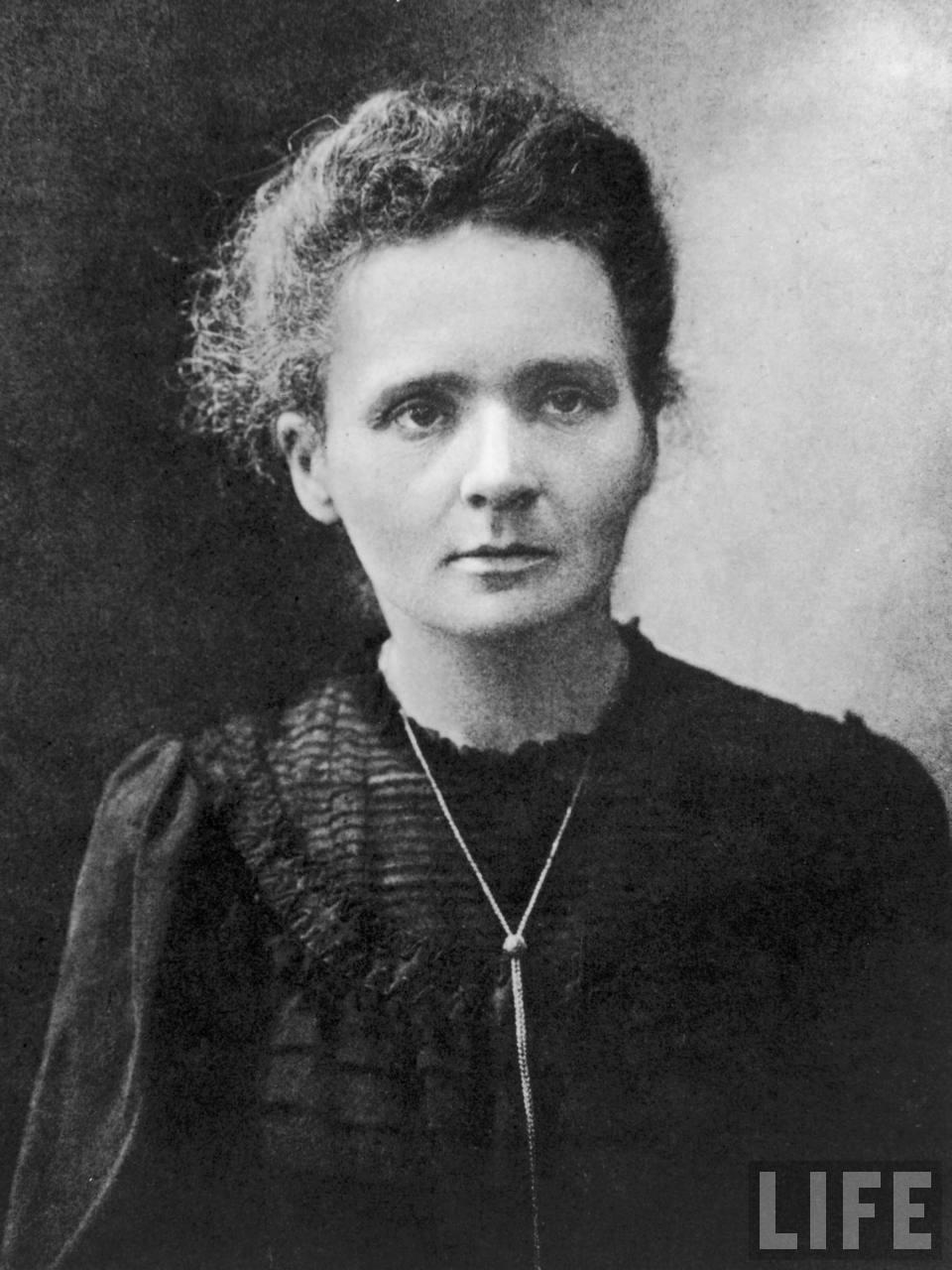 24) Мари Кюри. Кюри была химиком и физиком, и первым человеком, кто получил две Нобелевских премии. Она ввела термин «радиоактивность», стала пионером в использовании лучевой терапии в борьбе с раком и отрыла 2 новых элемента. Эта фотография обычно обрезалась, чтобы в кадр не попал Пьер Кюри – муж знаменитой ученой. Дата и фотограф: неизвестны.