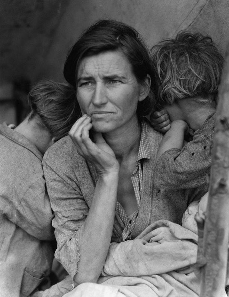 24) Мать мигрантов. Этот снимок Флоренс Оуэнс Томпсон и ее детей был сделан в марте или феврале 1936 года в Нипомо, Калифорния. Эта фотография стала олицетворением Великой Депрессии и повлияла на Стейнбека во время написания произведения «Гроздья гнева». Дата: 1936. Фотограф: Dorothea Lange.